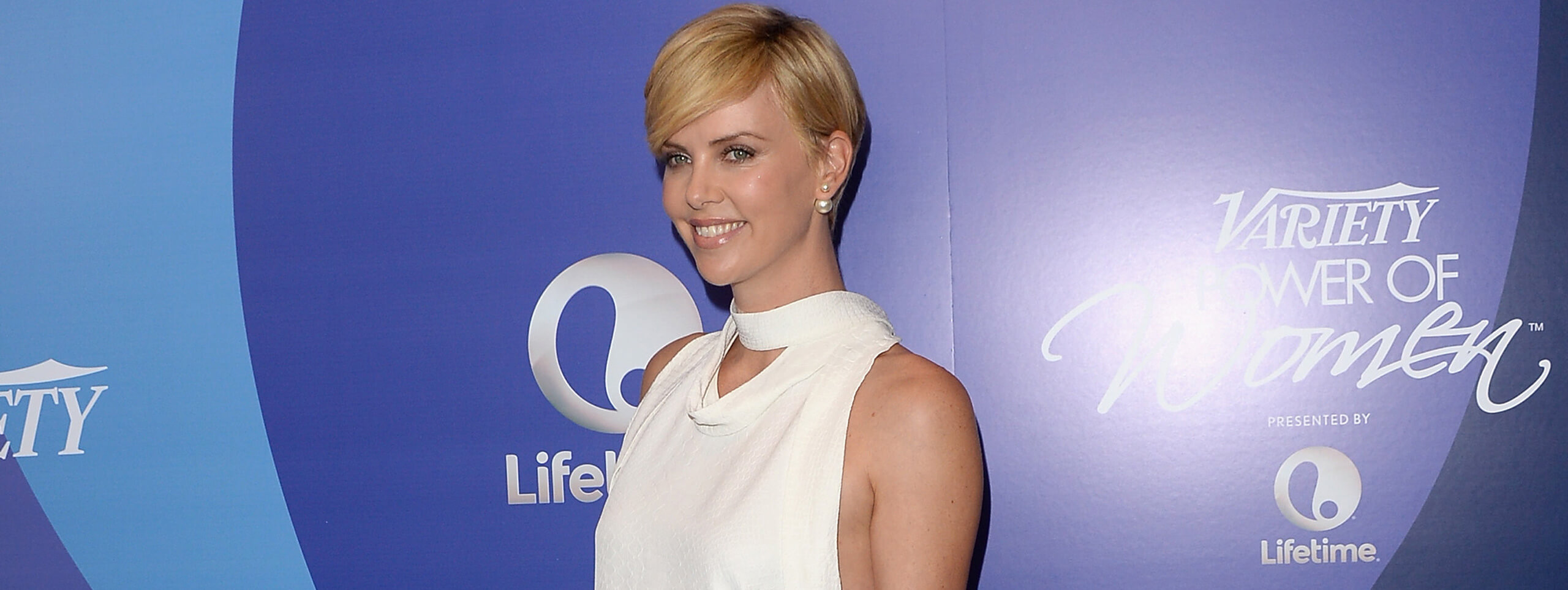 Charlize Theron color de cabello rubio